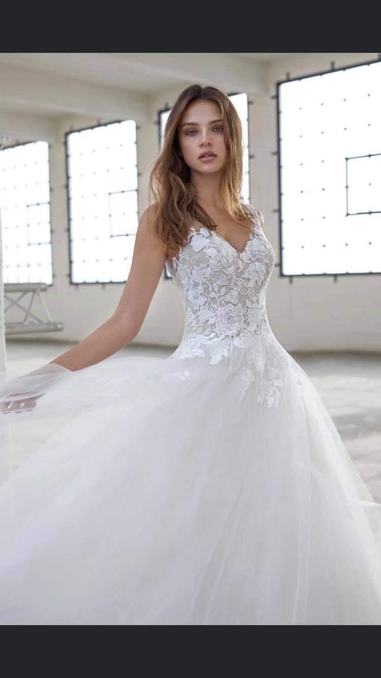 Krásné svatební šaty s krajkou a výstřihem - Obrázek č. 1