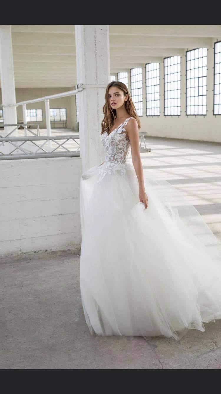 Krásné svatební šaty s krajkou a výstřihem - Obrázek č. 2