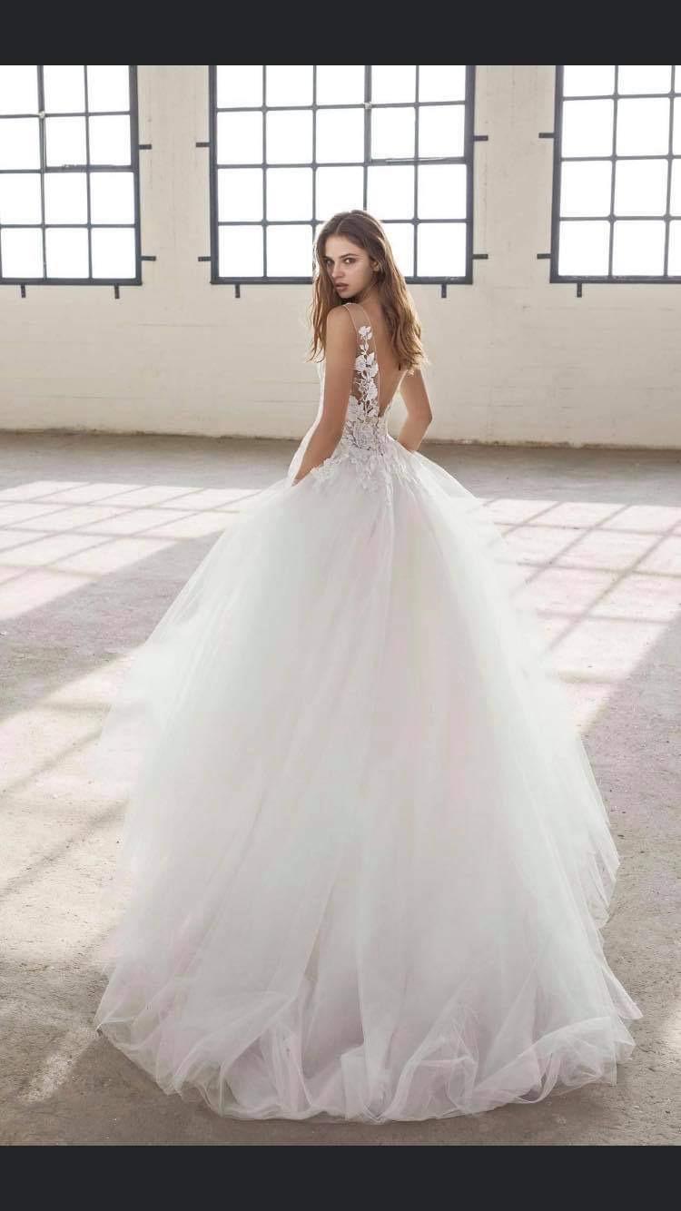 Krásné svatební šaty s krajkou a výstřihem - Obrázek č. 3