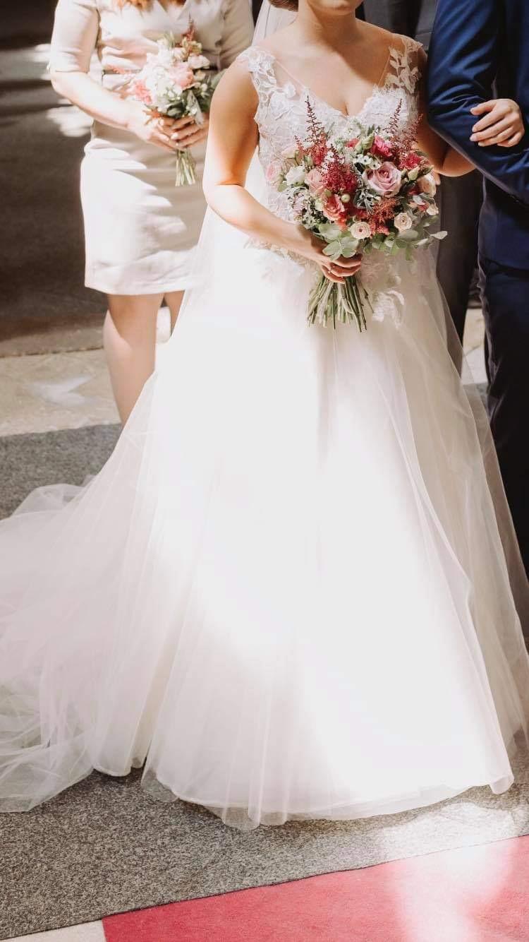 Krásné svatební šaty s krajkou a výstřihem - Obrázek č. 4