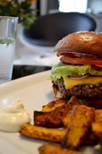 Hovězí burger s dýňovými hranolkami a domácím bylinkovým dipem