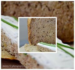 Celozrnný chléb s cibulí a tymiánem, namazaný domácí lučinou s pažitkou