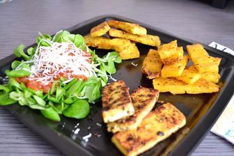Tofu s kari, tofu s římským kmínem, polentové hranolky a salát z polníčku s rajčaty dušenými na portském víně