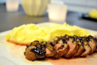 Drahý vařil - kachní prsíčka na kořenové zelenině s redukcí z červeného vína a bramborovou kaší