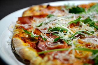 Nejlepší večeře od mého milého, pizza s prosciuttem, rukolou a parmezánem