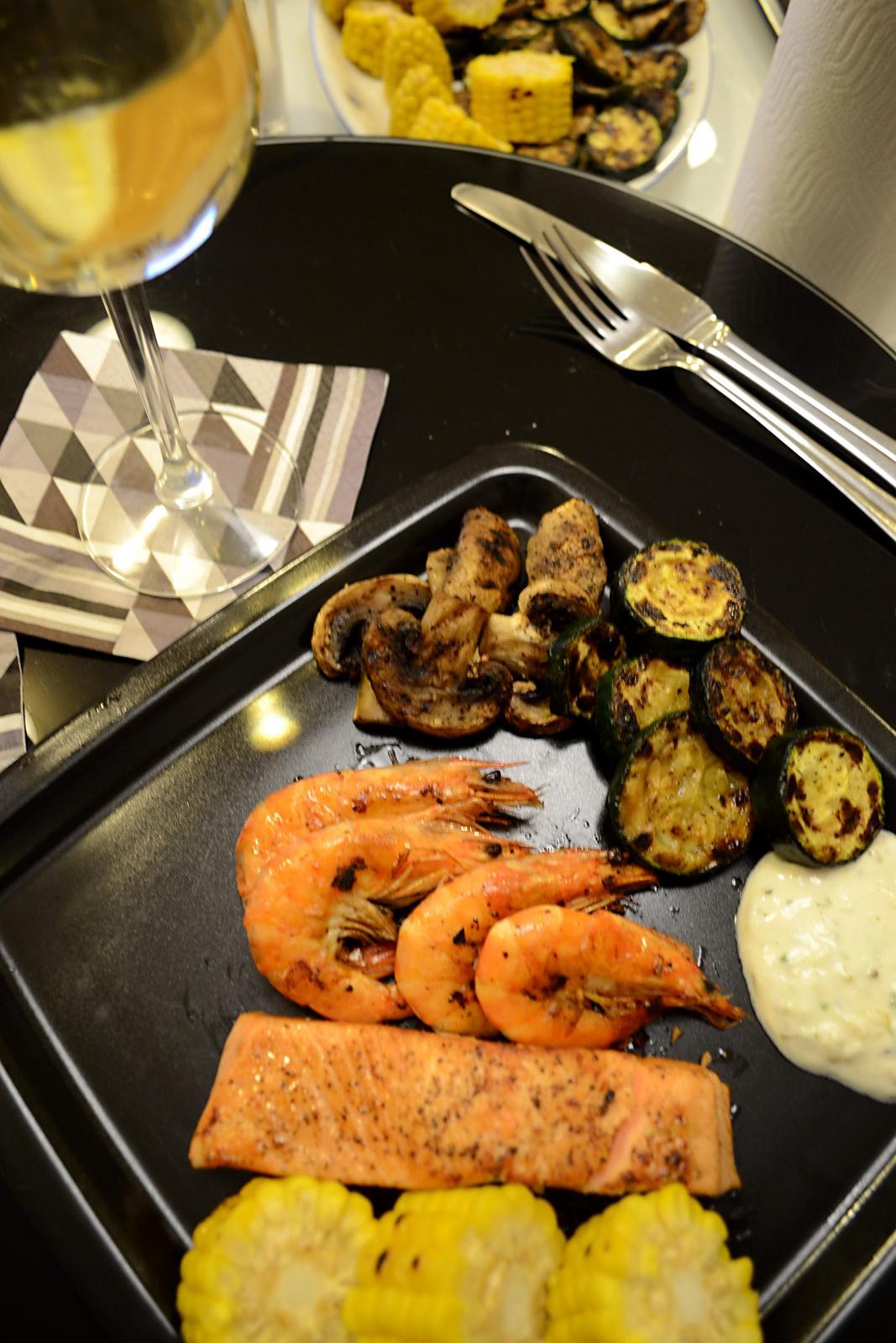 Upečeno a uvařeno u nás doma - Losos, krevety a grilovaná zelenina s bylinkovým dipem... nejlepší nedělní večeře