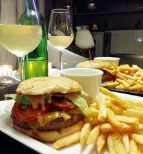 Jehněčí burger, milého totiž burgery nepřestávají bavit a když jsem nemocná, je tohle jeho způsob péče o mě :-)