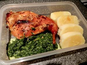 domácí królik s bramborovým knedlíkem a špenátem