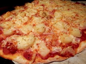 další pizza - rajčatový základ, šunka, ananas a sýr ... dále sýrová a chorizová