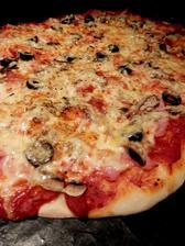 pizza - těsto s přidáním jogurtu, rajčatový základ, šunka, olivy, žampiony a sýr