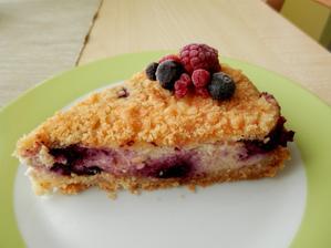 Drobenkový koláč s tvarohem a červeným ovocem