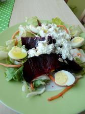 salát s pečenou řepou a křepelčí vajíčka