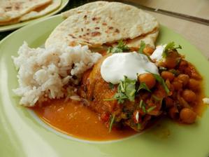 Kuřecí curry s cizrnou a zakysankou, rýže s hřebíčkem a placky čapátí