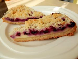 Tvarohový koláč s borůvkami a drobenkou