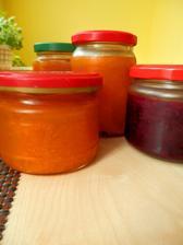 marmelády ... meruňkové, jahodové, borůvkové, třešňové, rybízové s angreštem, z černeho rybízu a ještě budou broskvové a ostružinové
