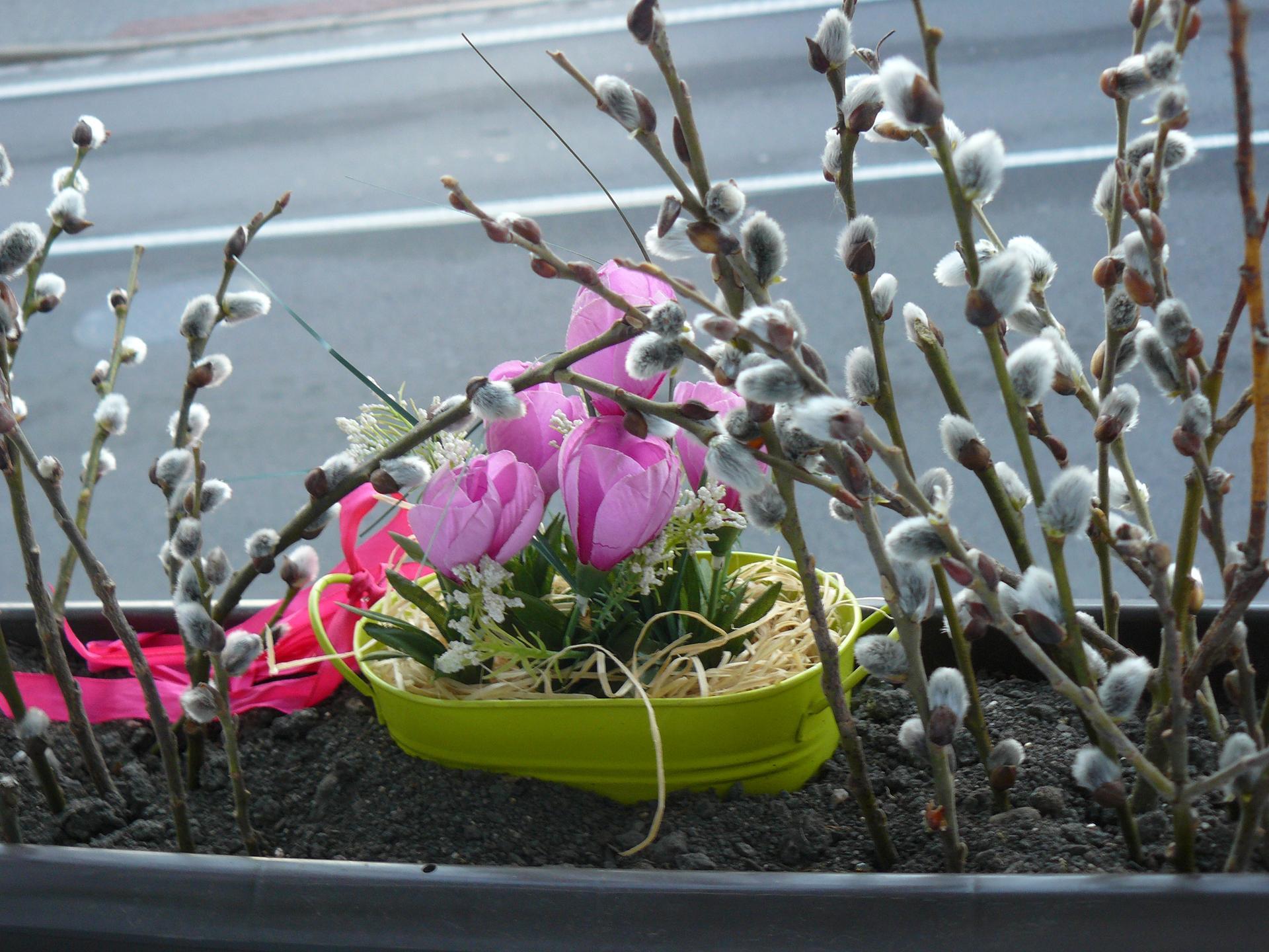 Domov 2020 - Okno v pokojíčku. Trošku jaro - počasí je nevyzpytatelné, tak zatím umělá květina.