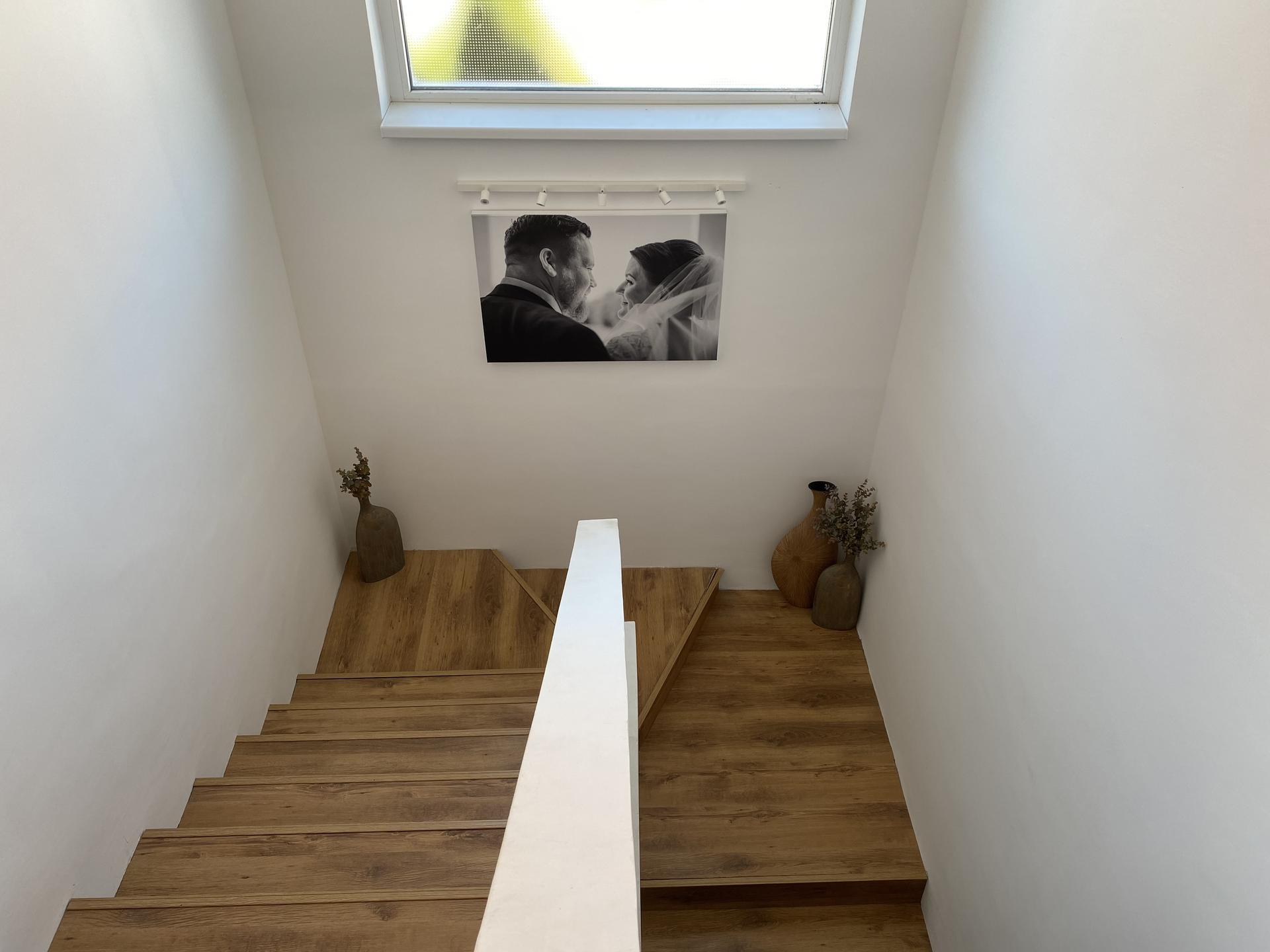 Rekonštrukcia dom kocka - Schodisko po rekonštrukcii. dva schody navyše v strede, ktoré vznikli ked sme museli vyrovnať výšky schodov.