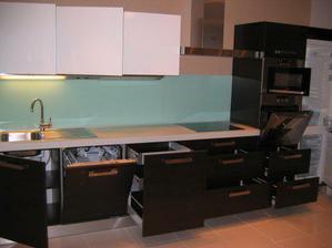 uz kompletna kuchyna - pootvarane vsetky dvierka:)