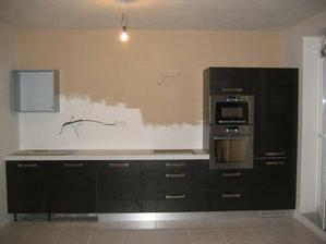 polovicne namontovana kuchyna,este horne skrinky,zastena a digestor...