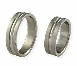 Naše prstýnky,jsou z chirurgické oceli a vypadají moc hezky...objednávala jsme je z internetu a vyšli na necelých 600kč :o)