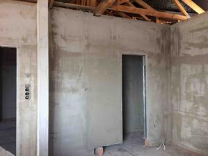 Dveře do špajzky :) zeď je připravená na potravinky a vestavné spotřebiče :)