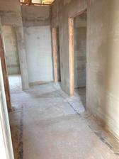 Podled od dveří obyváku na chodbu - na pravo zádveří vzadu ložnice, naproti detšký pokoj a na levo záchod