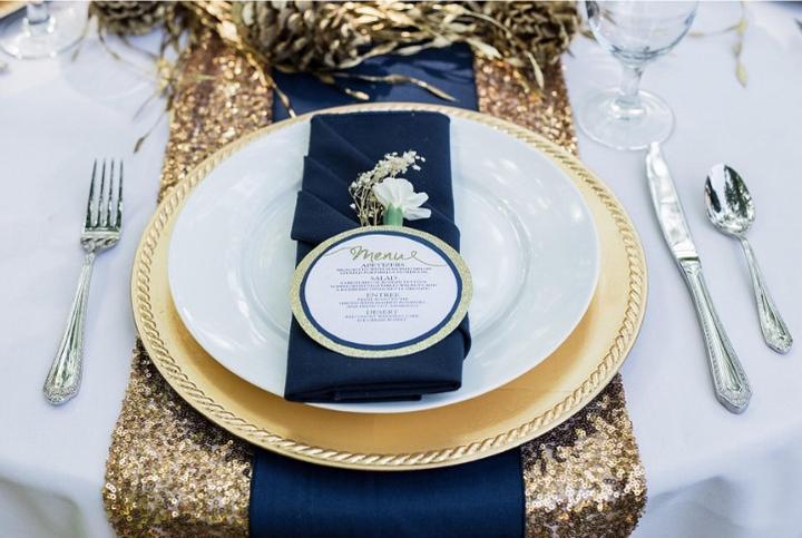 ♥ D&I ♥ - presne toto, len v tmavozelenej kombinácií, na miesto zlatých tanierov budem mať zlaté podnosy pod torty :)
