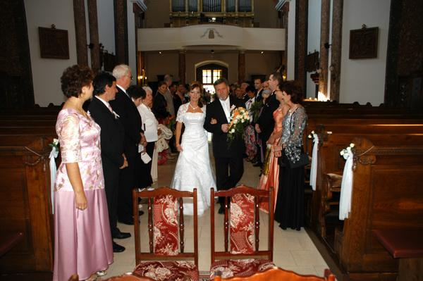 Eva Justová{{_AND_}}Július Lukáč - príchod do kostola