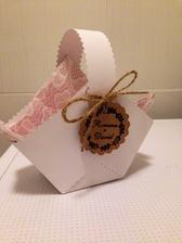 První košíček na svatební koláčky vyroben :)