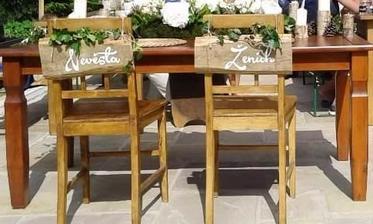 Cedulky na židle dozdobene břečťanem :)