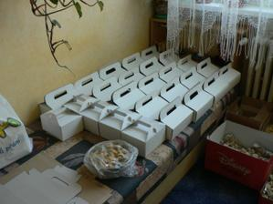 připravené krabičky, ještě pár mašliček