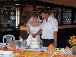 a do třetice společné krájení dortu