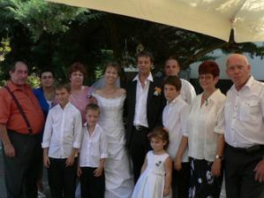 S rodiči, svědky a drobotinou