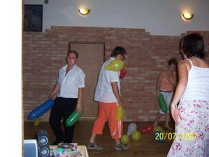 Balónková bitva - i po převlečení ze slavnostního držíme barvy naší svatby :-)