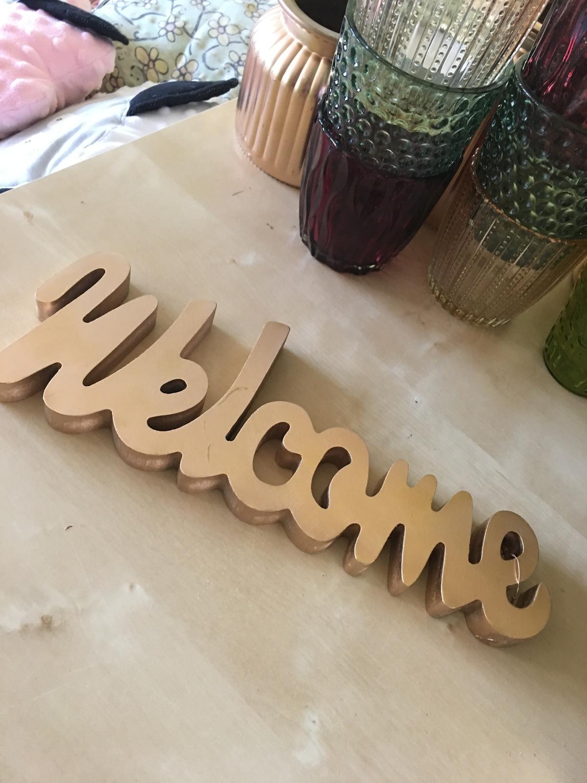 pozlacený nápis welcome - Obrázek č. 1