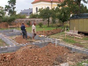 ztracené bednění je hotové, kopáči vykopali prostupy na kanalizaci...