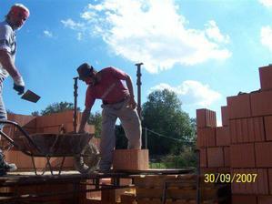 našemu panu zedníkovi šlo to zdění od ruky, je vidět, že už asi někde něco postavil :-)