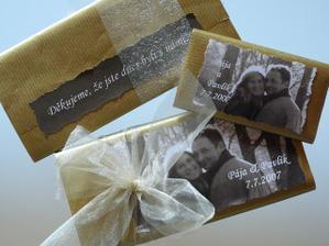 čokoládky jsou už hotové, velké jsou s poděkováním za účast pro svatebčany a malé do výslužek...  :o)
