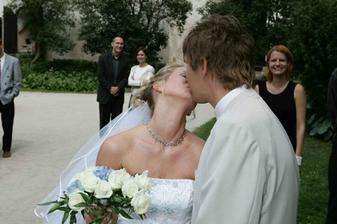 oddávající nestihl ani říct : můžete políbit nevěstu .-D