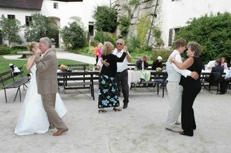tančí celá rodina .o))