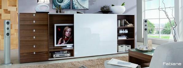 """Manžel nechce TV v spálni, tak zasuniem panel a """"nebude""""."""