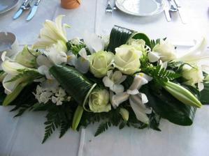 Ozdoba hlavního stolu, místo lilií ale budou frézie. Všechno musí ladit :-)