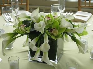živé kvety na stoly...