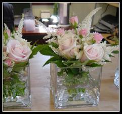 na stole bude nakonec toto - bílé růže