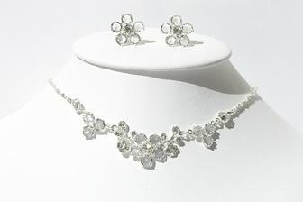 a náhrdelník s naušničkami ke korunce :-)