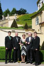 Tak tuhle fotku si vystavila tchýně jako naši svatební. Taky se Vám něco nezdá?