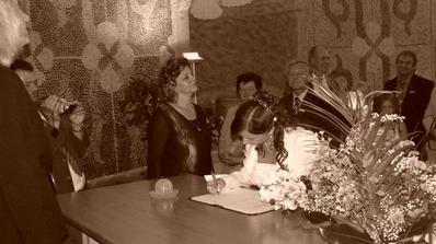 nevěsta podepisuje