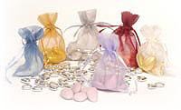 Aby som nezabudla..darčeky pre hostí. Iný nápad: servitky s našim menom alebo keksiky..  http://www.bellabianca.sk/darceky.html