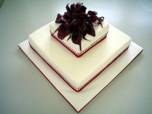 toto bude nasa torta, ale so zelenou vyzdobou a hore budu biele kvety..velice elegantne