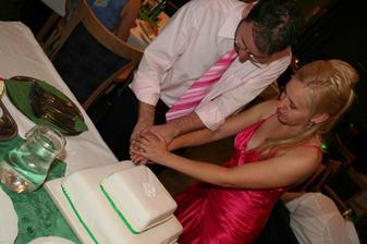 Krajanie torty..mnam (nic som z nej nemala!)
